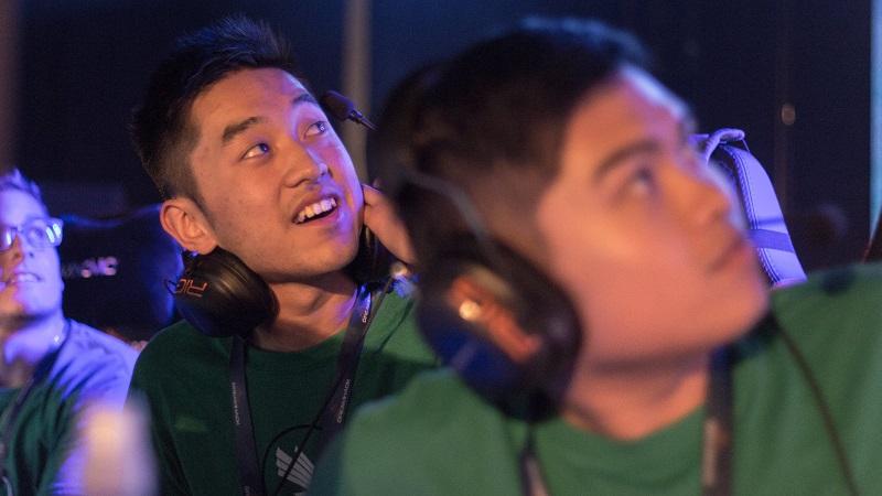 全米ビデオゲームリーグ(AVGL)の「ドリームハック」オースティン大会で、決勝に進出したチームのリプレイを見るプレーヤーたち。プレーヤーは自身のコンピューターを持参し、多数の参加者で埋め尽くされたホールでLANに接続する(写真提供:全米ビデオゲームリーグ)