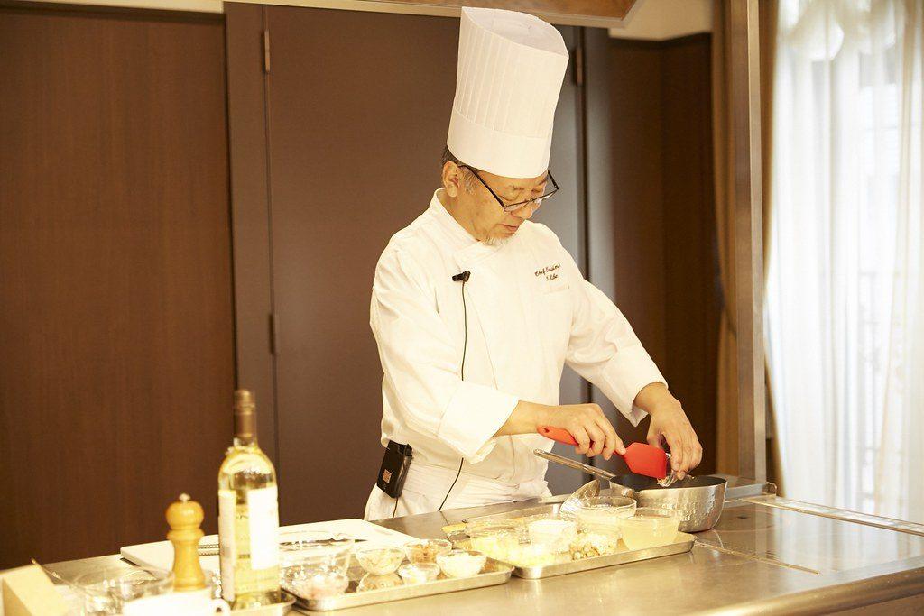 ロードアイランド風クラムチャウダーの調理を実演するロウリーズ・ザ・プライムリブ・赤坂の木部勝一郎料理長
