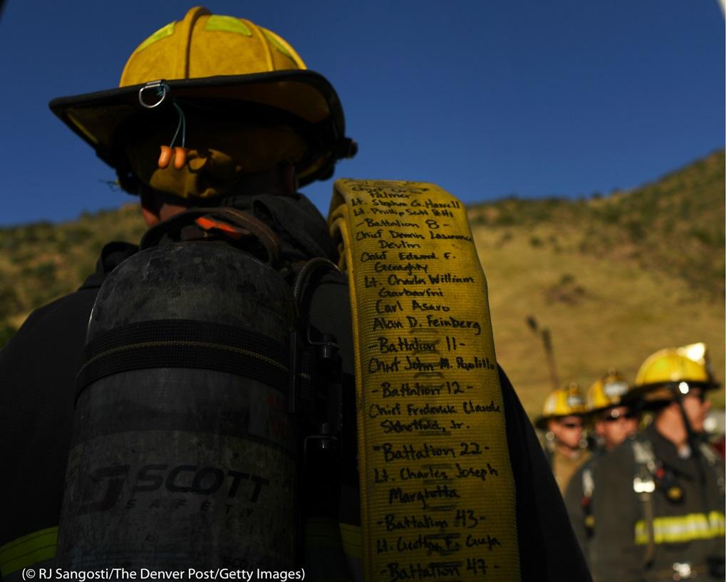 コロラド州モリソンのレッドロックス野外劇場。消防士が肩にかけているホースには、ニューヨークのツインタワーに閉じ込められた人たちを救出する途中で命を落とした消防士343人の名前が書かれている。