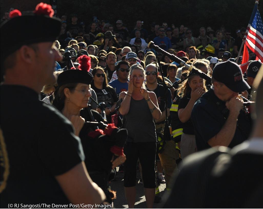 コロラド州では毎年、消防士たちによる「階段上り」慰霊祭が開催され、犠牲となった仲間を追悼する。イベント開始直後、女性が涙をぬぐっている。