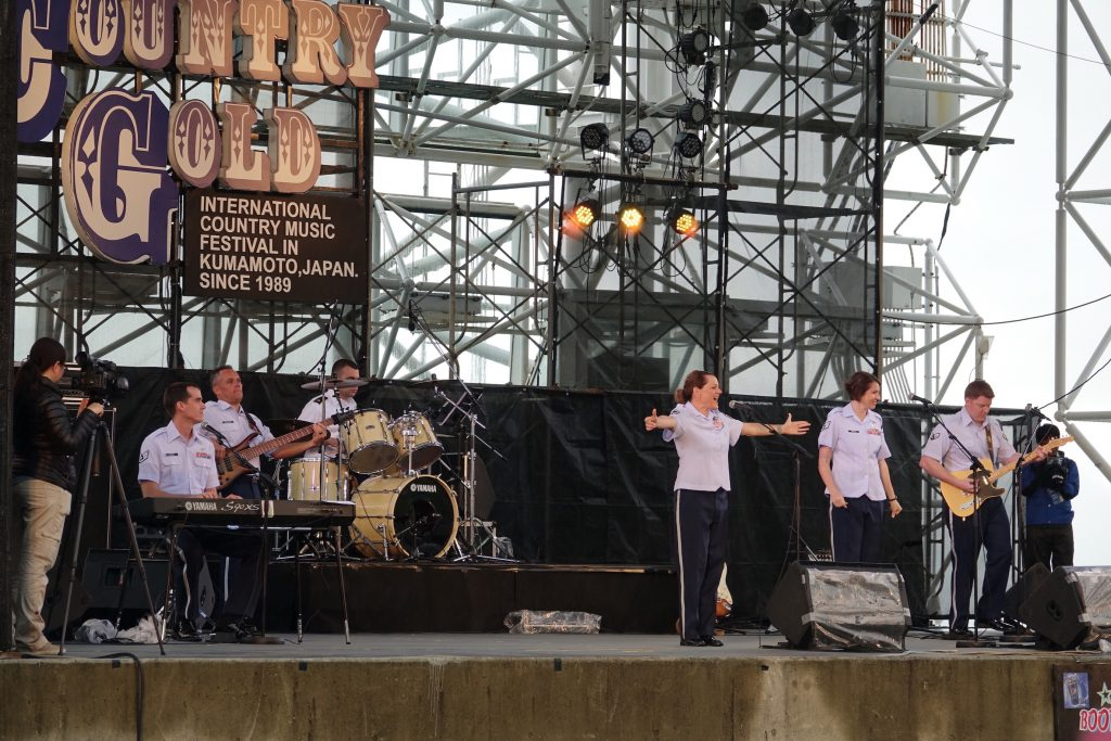 米空軍太平洋音楽隊「パシフィック・トレンズ」のステージ