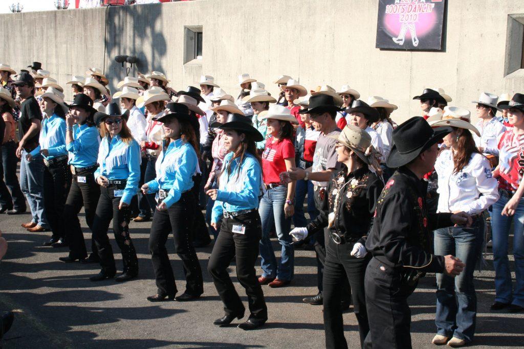 カントリーゴールドのステージ前でラインダンスを披露するダンサー達