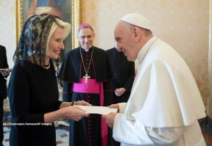 Callista Gingrich, U.S. ambassador to the Holy See, presents her credentials to Pope Francis during a private audience at the Vatican on December 22, 2017. (© L'Osservatore Romano/AP Images)
