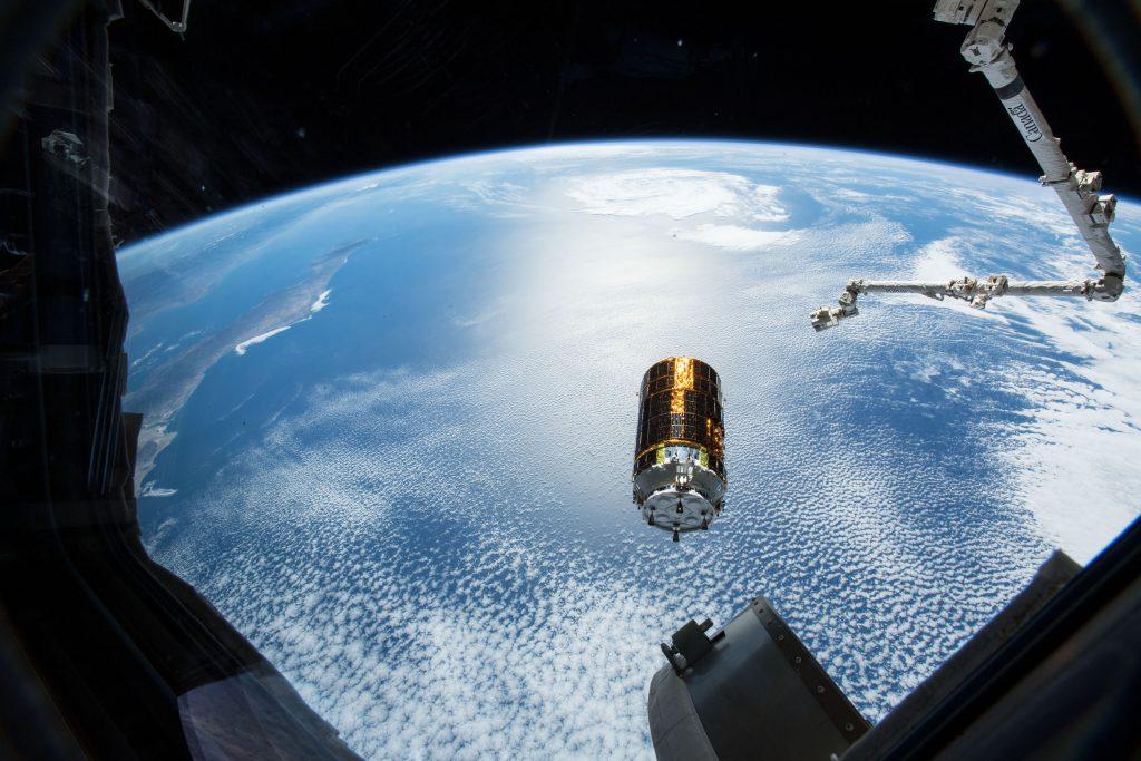 JAXAは「こうのとり」という名の無人宇宙ステーション補給機を開発した。イラストは、メキシコのバハ・カリフォルニア州から約500キロ西の太平洋上に位置するISSに搭載されているロボットアーム「カナダアーム2」から切り離された直後の「こうのとり7号機」(Credit: NASA)