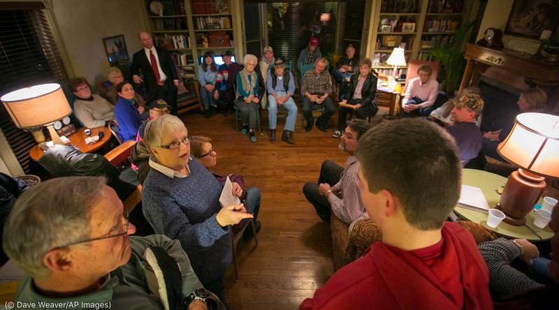 アイオワ州党員集会に集う有権者。2016年2月 (© Dave Weaver/AP Images)