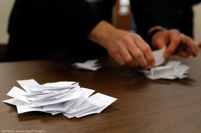 アイオワ州の党員集会で票を数える投票区長。2016年2月 (© Patrick Semansky/AP Images)