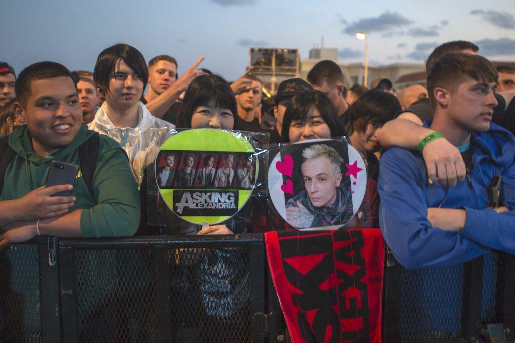 グッズを手にしてロックバンド「アスキング・アレクサンドリア」の到着を待つ地元ファン。コンサートは2018年3月24日のキャンプ・シュワブ・フェスティバルで行われた (撮影:米海軍伍長ダニエル・プレンティス)