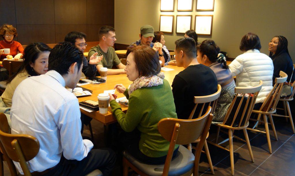 米軍基地で働くアメリカ人と沖縄の住民が英会話を練習中。地元カフェでの一コマ