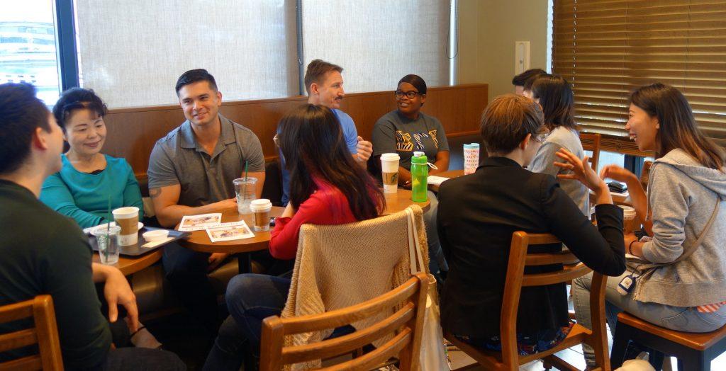 基地のアメリカ人と会話を楽しむ沖縄の住民。北谷町のコーヒーショップにて