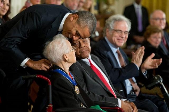 ジョンソンに大統領自由勲章を授与するバラク・オバマ大統領 (© AP Images)