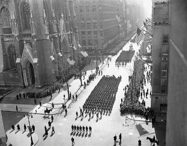 Soldiers march along New York's Fifth Avenue in a 1948 St. Patrick's Day parade. (© AP Images)