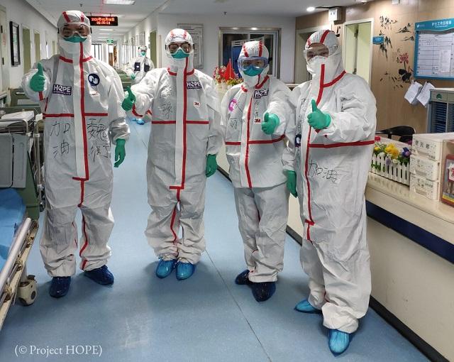 湖北省中西医結合病院にてプロジェクトHOPEが調達した新しい防護服を着た医師。2月6日撮影 (© Project HOPE)