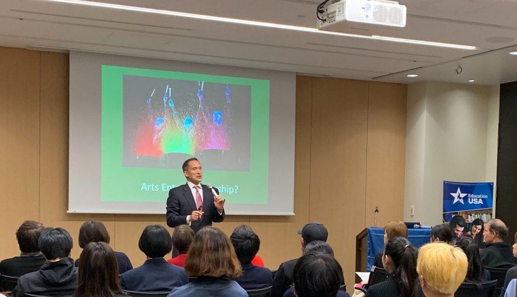 EducationUSA主催の「アメリカ芸術系大学留学フェア」で講演するボーウェン博士。2019年11月20日