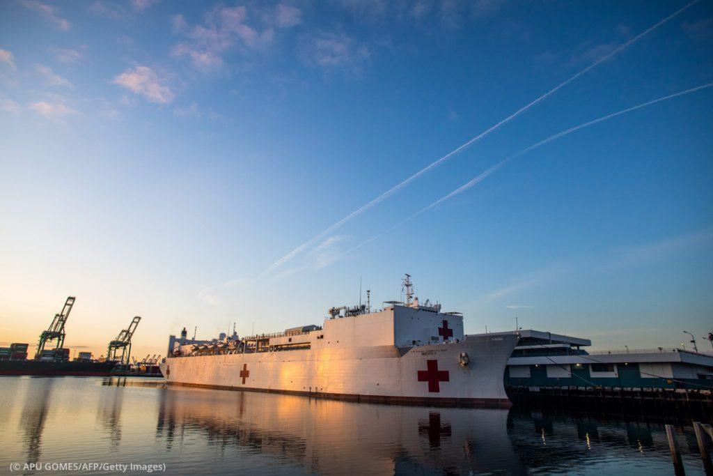 カリフォルニア州ロサンゼルス港に接岸するアメリカ海軍病院船「マーシー」。医療従事者1200人を支援することができる (© APU GOMES/AFP/Getty Images)