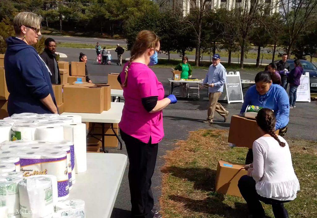 困っている人たちに物資を提供するマクリーン聖書教会のメンバー (© McLean Bible Church)
