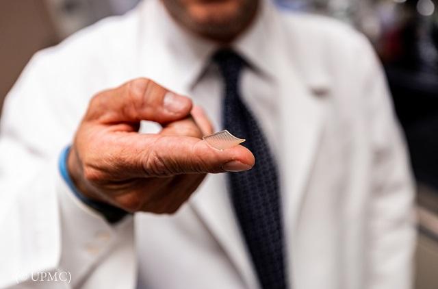 ピッツバーグ大学医学部が開発したワクチン候補は、小さなパッチを使って投与する (© UPMC)