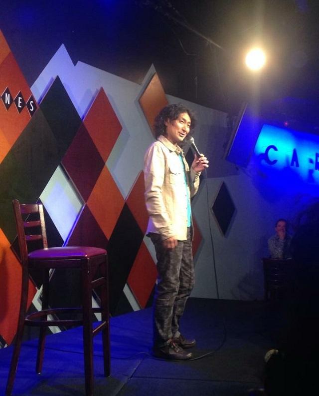ニューヨーク市マンハッタンのキャロラインズ・コメディクラブの舞台に立つRIOさん。2015年1月
