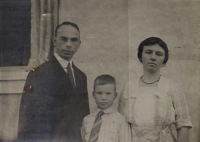ハリー・ホーリー領事と妻のアグネス