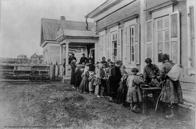 待ち望んでいた食物を受け取るロシアの農民 (© Library of Congress/Corbis/VCG/Getty Images)