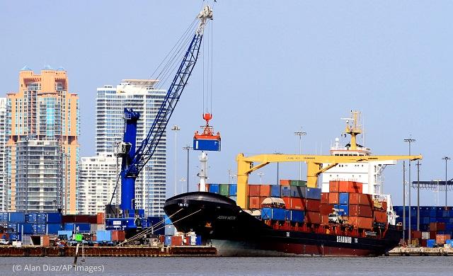 マイアミ港。クレーン車が貨物船Asian Moon号に積荷している (© Alan Diaz/AP Images)