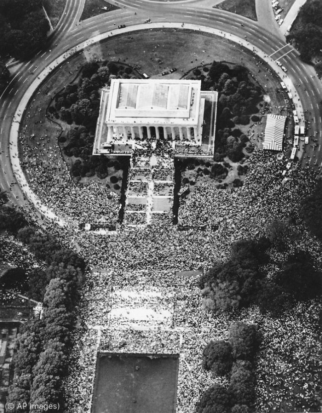 The crowd at the Lincoln Memorial on August 28, 1963, was estimated at 250,000. (© AP Images)