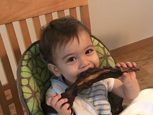 牛のリブを味わう息子のフィンちゃん。生後19カ月(写真提供:マーガレット・シャン)