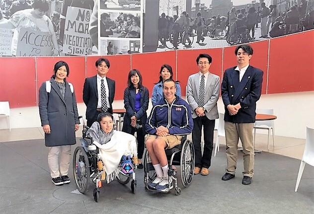 内海千恵子さん。米国内の視察先となったカリフォルニア州バークリーでは、車いすスポーツを指導している男性(中央右)に話を聞いた。2016年4月