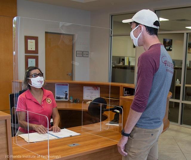 フロリダ工科大学が新たな感染防止策として設置したアクリル板 (© Florida Institute of Technology)