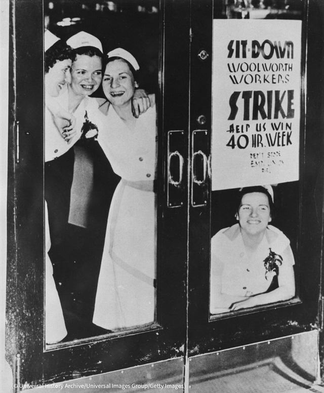 1937年、ウールワースの労働者が待遇改善を訴えストライキを決行 (© Universal History Archive/Universal Images Group/Getty Images)