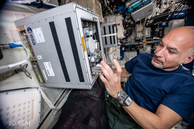 ESA astronaut Luca Parmitano works on the BioRock experiment on the International Space Station, which paved the way for the BioAsteroid experiment. (© ESA)