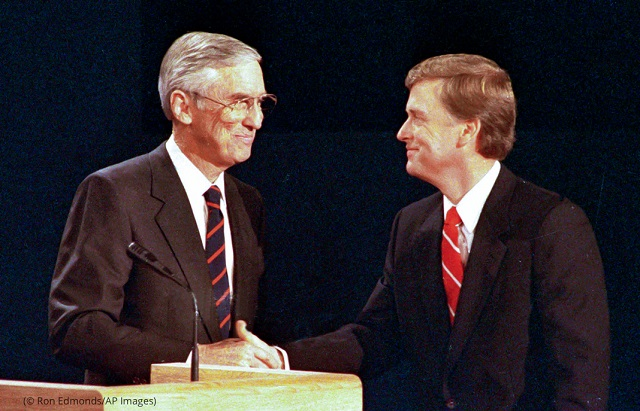 1988年、ネブラスカ州オマハで開かれた副大統領候補討論会。討論会終了後に握手するベンツェン(左)、クエール両候補者 (© Ron Edmonds/AP Images)