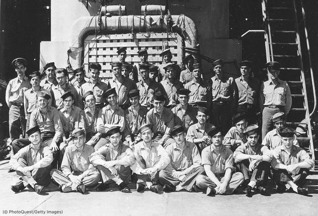 1945年の沈没前、巡洋艦インディアナポリスで記念写真を撮る乗員 (© PhotoQuest/Getty Images)
