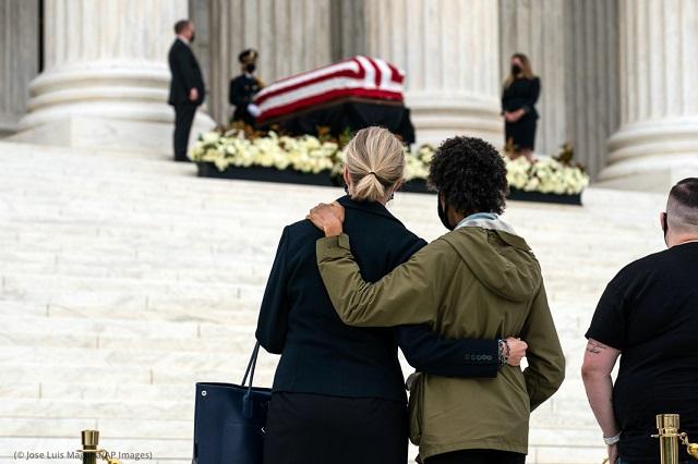 9月24日、最高裁判所内に安置された故ギンズバーグ最高裁判事に哀悼の意を表するカップル。ギンズバーグはがんのため9月18日に亡くなった。享年87歳 (© Jose Luis Magana/AP Images)