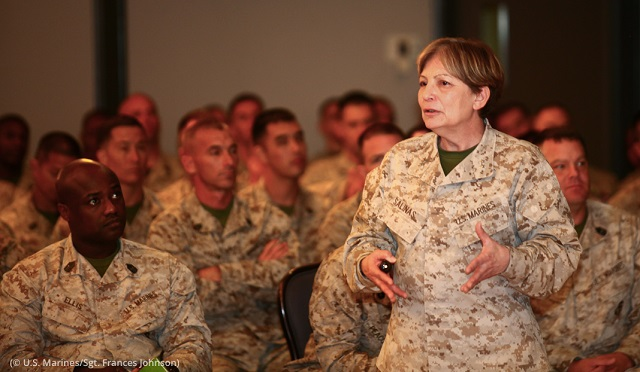 カリフォルニア州ミラマーの海兵隊基地で開催されたイベントで海兵隊の変化について話をするアンゲラ・サリナス将官(右)(U.S. Marines/Sergeant Frances Johnson)