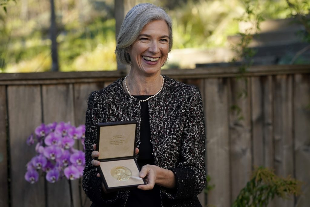 カリフォルニア大学バークレー校でノーベル化学賞を授与されたジェニファー・A・ダウドナ。2020年12月8日 (AP Photo/Jeff Chiu, Pool)