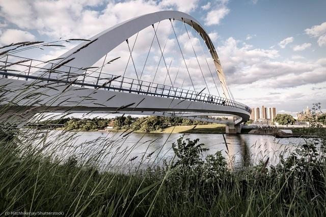 高学歴の若者に人気の移住先、アイオワ州デモイン。写真は「女性の達成をたたえる橋(Iowa Women of Achievement Bridge)」(© Hitchhikerjay/Shutterstock)