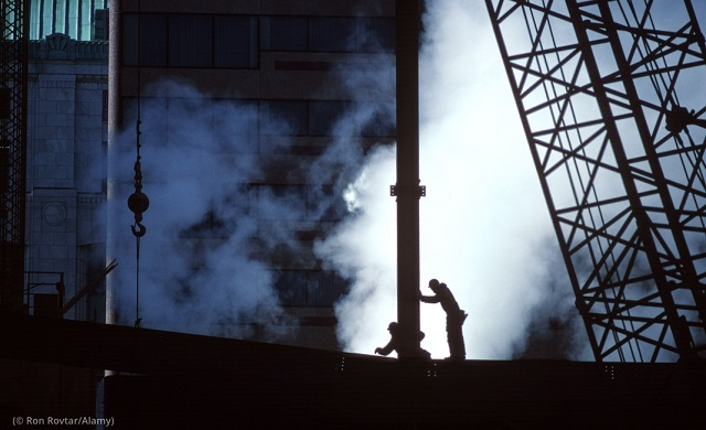 オハイオ州コロンバスの建設現場で働く人々。成長著しい中西部の都市の1つ (© Ron Rovtar/Alamy)