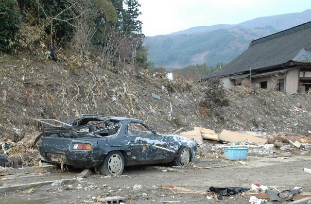 Porsche 928 pushed off to the side of the road (Photo courtesy of John C. Taylor, U.S. Consulate Fukuoka)