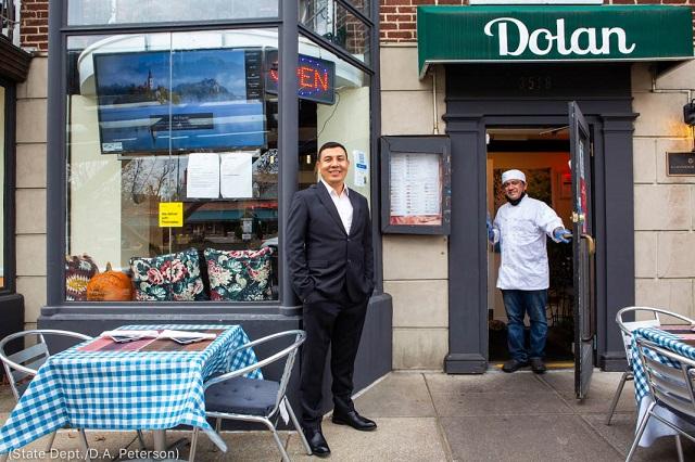 ワシントンにあるウイグル料理店「ドラン・ウイグル・レストラン」のオーナー、ハミド・ケリムさん(左)とシェフのモハマド・タウヒドさん (State Dept./D.A. Peterson)