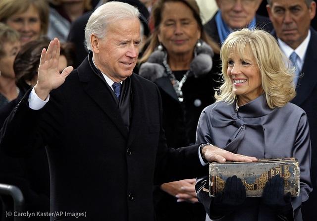 バイデン家にとって2度目となる就任宣誓式。2013年、夫のバイデン副大統領就任時に聖書を持つジル・バイデン夫人 (© Carolyn Kaster/AP Images)