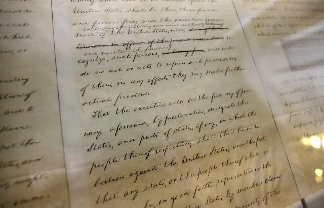 ニューヨーク州議会議事堂にて展示されているエイブラハム・リンカーン大統領の奴隷解放令初稿 (© AP Images)