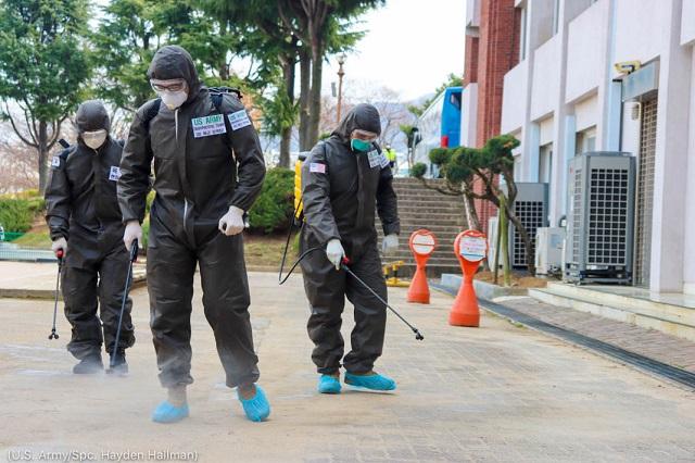 2020年3月13日、韓国・大邱でCOVID-19に感染した地域を消毒する米国と韓国の兵士 (U.S. Army/Spc. Hayden Hallman)