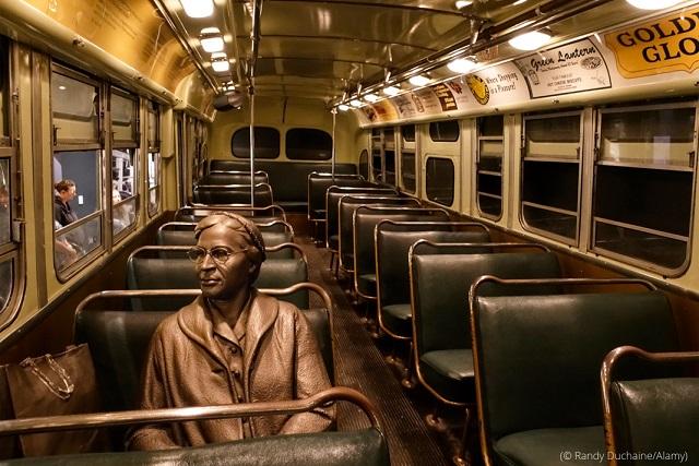 テネシー州メンフィスの国立公民権博物館には、バスに座るローザ・パークス像が展示されている (© Randy Duchaine/Alamy)