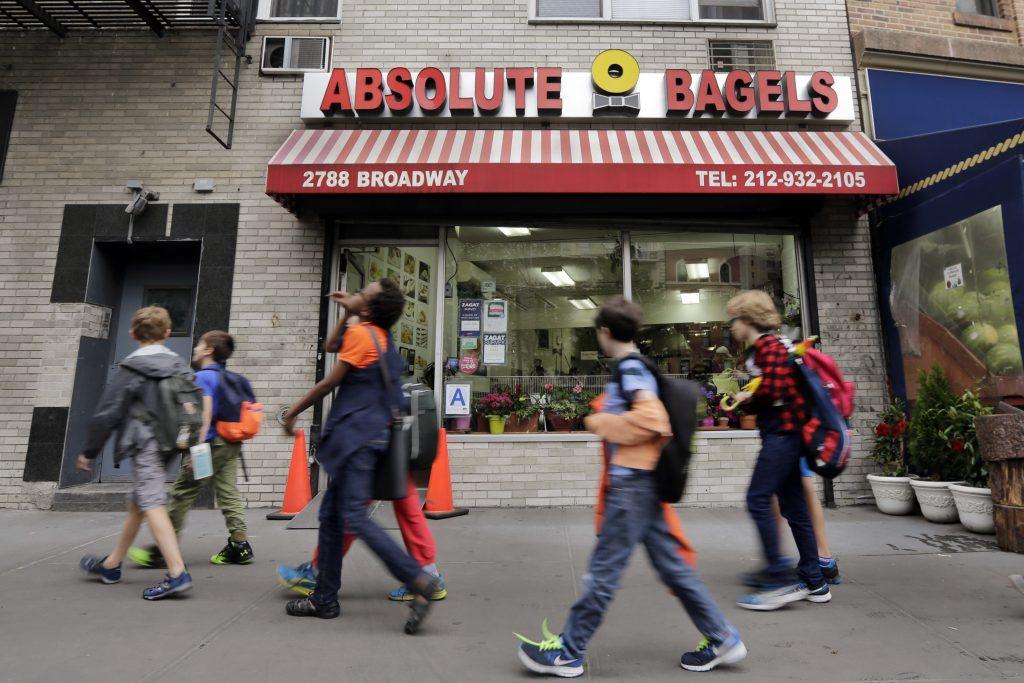 ニューヨークのアッパーウエストサイドにあるショップ「アブソルートベーグル」 (AP Photo/Richard Drew)