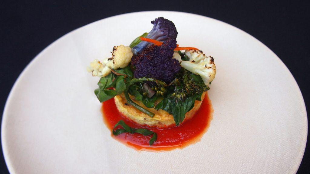ブルーイン・プレートが提供する各種の野菜を使ったファッロ・エッグ・スフレ (Photo courtesy of UCLA Dining Services)