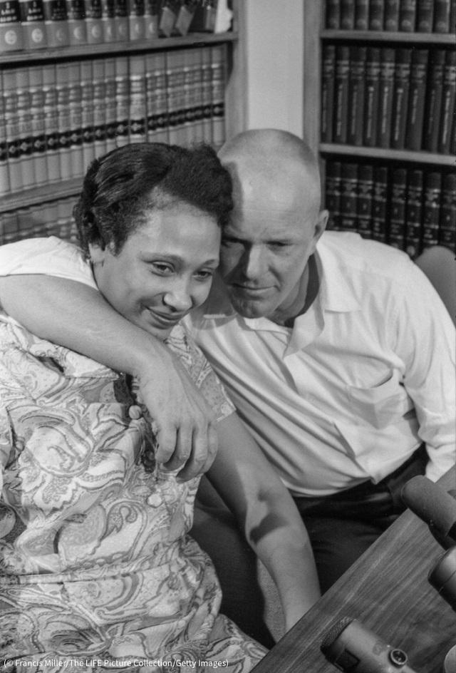 ラビング夫妻。バージニア州アレクサンドリアの弁護士事務所にて (© Francis Miller/The LIFE Picture Collection/Getty Images)