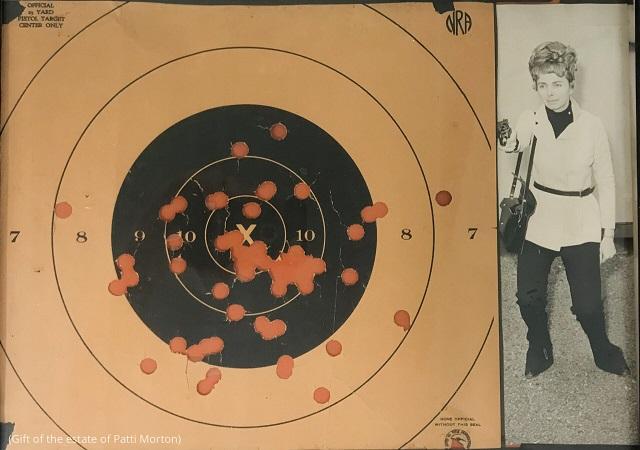 高い射撃の腕前から「ピストル・パッキン・パティ」の異名を取る。彼女の高い命中精度を示す練習用ターゲット (Gift of the estate of Patti Morton)