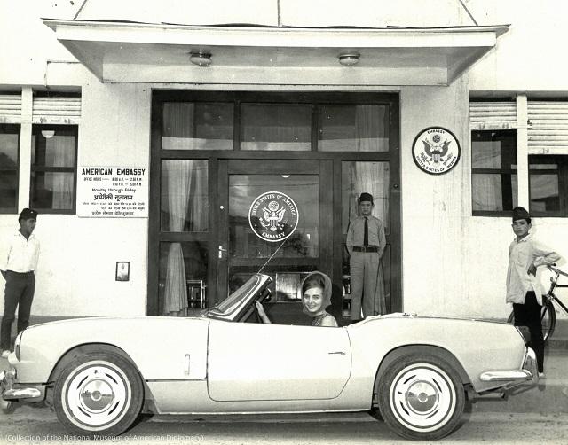 1966年、在ネパール米国大使館にて。お気に入りの青色のトライアンフのコンバーチブルを赴任先に持ち込んだ (Collection of the National Museum of American Diplomacy)