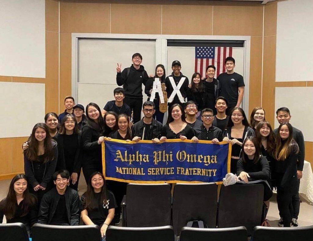 UCLAのフラタニティ「アルファ・ファイ・オメガ」。2020年冬学期に加入した新メンバーがバナーを掲げる