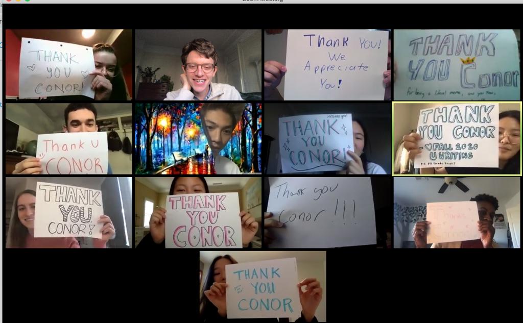 英語のライティングクラスで、学期の終わりに先生への感謝メッセージをサプライズで掲げるエマとクラスメート
